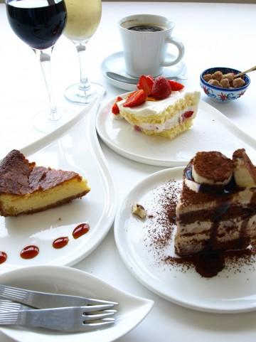 テーブルのケーキ